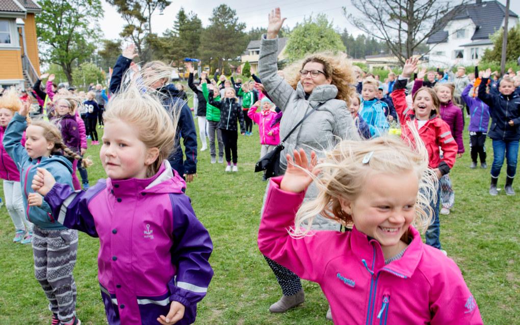 Nær 350 elever ved Manstad skole demonstrerer BlimE-dansen 19. mai i år. «BlimE!» er en kampanje NRK Super lanserte høsten 2010 i forbindelse med Melodi Grand Prix Junior, og som er blitt en årlig foreteelse. Formålet er å gi barn og unge økt bevissthet om vennskap og det å vise omsorg for hverandre. Slagordet er «Si hei! Vær en venn! BlimE!». Foto: Tom-Egil Jensen