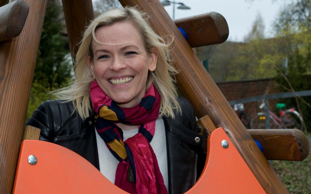 Carina Olset snuste på barnehageyrket før hun ble fanget i journalistikken. – Jeg er veldig glad i unger. Men jeg forsto raskt at det var veldig krevende. Jeg har voldsom respekt for dem som jobber med barn, sier NRK-programlederen. Foto: Bente Bolstad