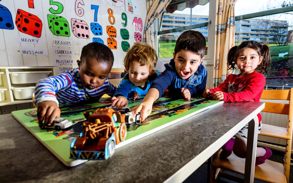 Warsame (f.v.), Sivert Brække Slottsøy, Subhan Gilmessen og Dina Lorin Benorouz reflekterer ikke over at barnehagen mellom blokkene på Trosterud i Oslo er en barnehage spesielt tilrettelagt for alvorlig syke barn. De vil bare leke med vennene sine. Foto: Tore Fjeld